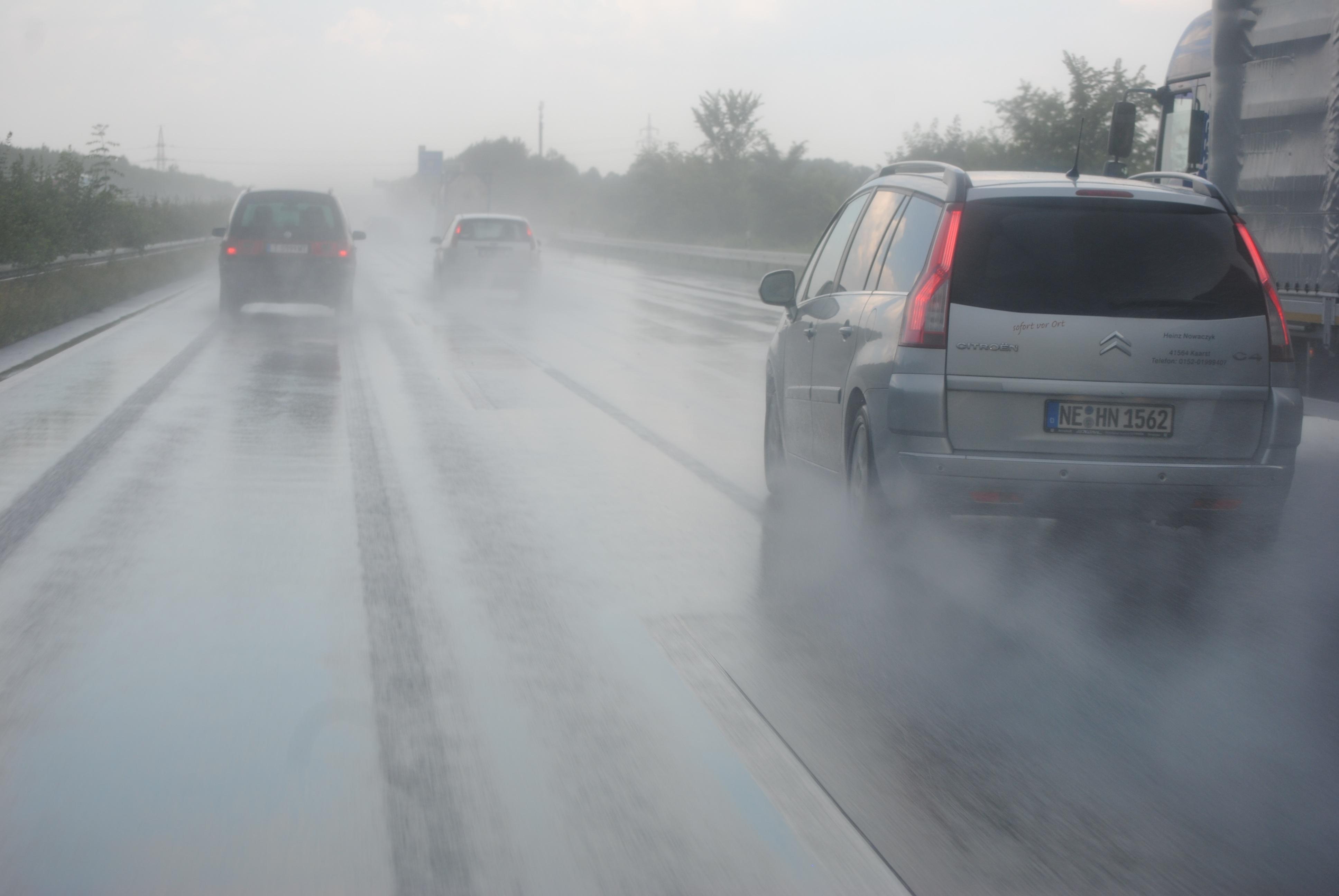 8 cuidados que se deve ter ao dirigir na chuva