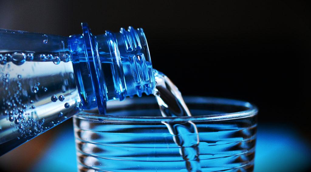 Exagerou na bebida? Veja dicas para amenizar os efeitos da ressaca - água