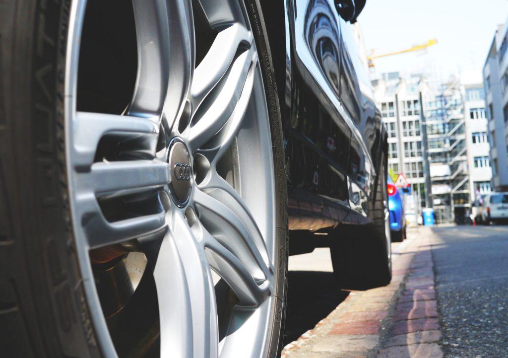 Pneus Os pneus merecem um cuidado especial, então lembre-se de calibrá-los, incluindo o reserva, e de verificar o alinhamento e balanceamento. Além disso, verifique o desgaste da banda de rodagem dos pneus e rodas, se estiverem muito gastos, sua função pode ser comprometida e você sofra mais com derrapagens e aquaplanagens. Lembre-se também de sempre carregar o macaco e o triângulo com você.