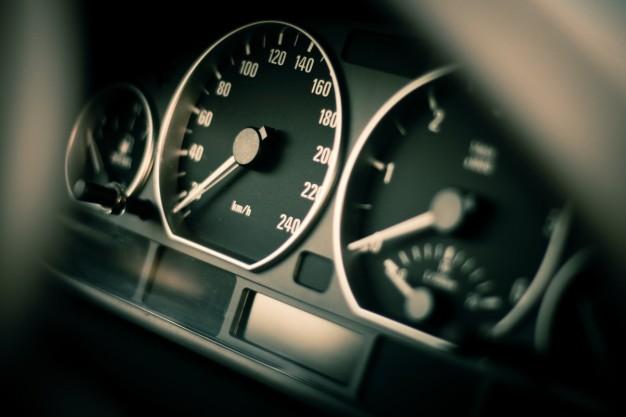 Velocidade É muito importante que o motorista mantenha a velocidade abaixo da permitida na via, quando estiver chovendo.  A velocidade permitida é pensada para a pista seca, por isso na chuva o ideal é conduzir o veículo a 10 km/h a menos que a estipulada.